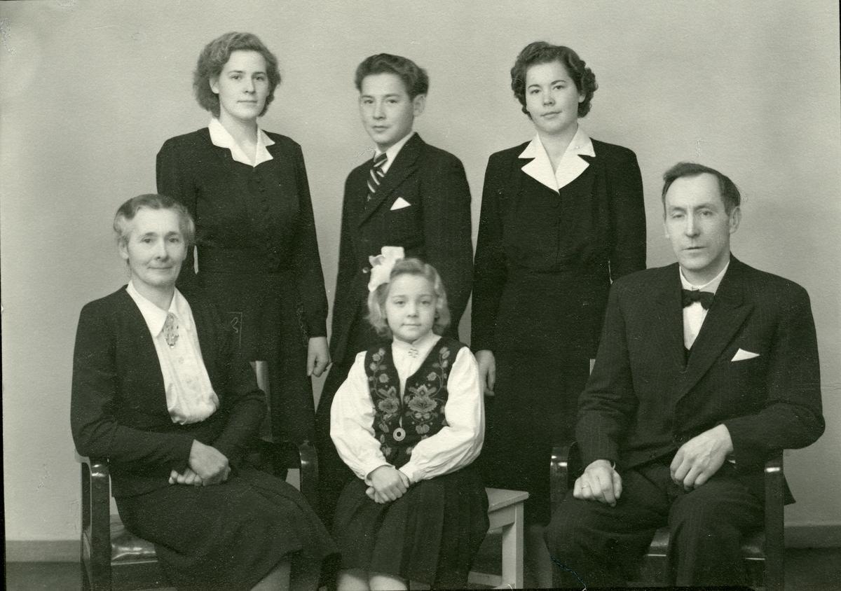 Familieportrett av Harald Øyhus med kone og barn.