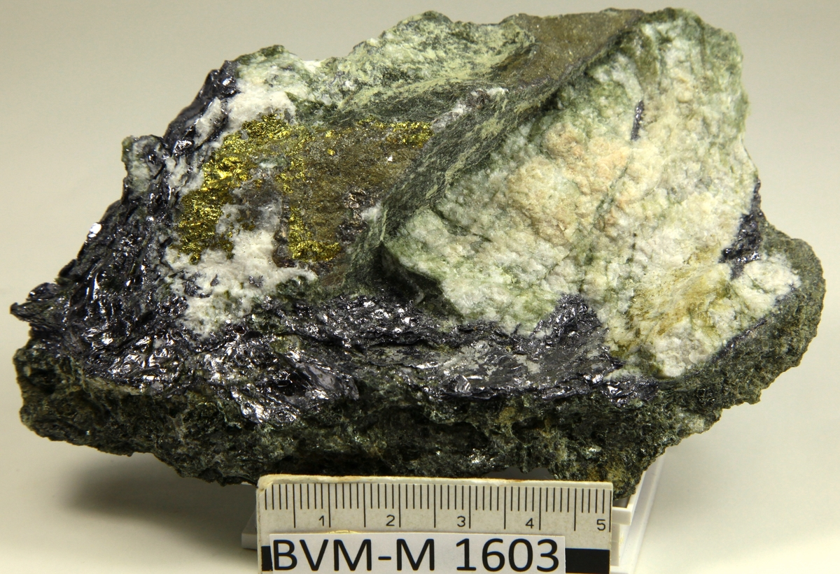 Skapolitt (?), chalcopyritt, andre sulfider. Fin prøve.