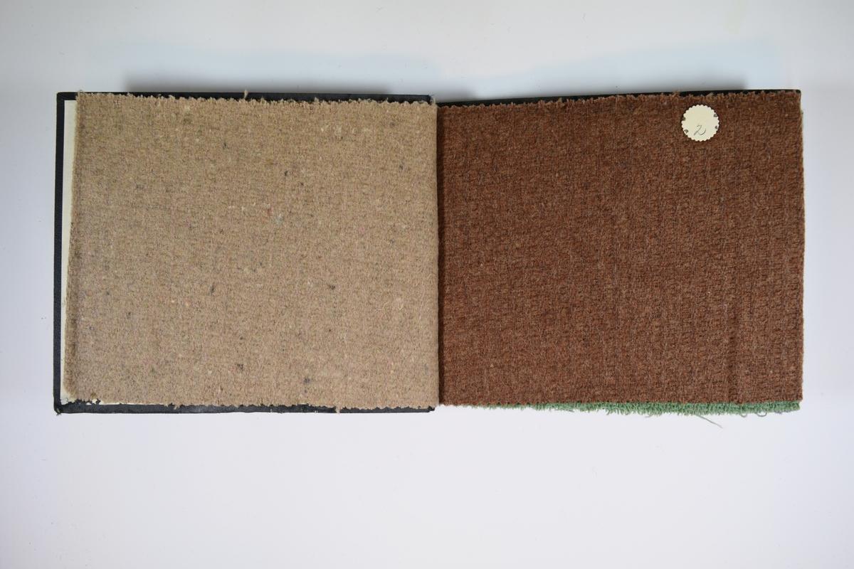 Prøvebok med 6 stoffprøver. Middels tykke stoff med striper, enten bare i vevmønsteret eller ved andre farger i tillegg. Alle stoffene er merket med en rund papirlapp, festet til stoffet med metallstift, hvor nummer er påført for hånd. Innskriften på innsiden av forsideomslaget indikerer at alle stoffene har kvalitetsnummer 162.   Stoff nr.: 162/1, 162/2, 162/3, 162/4, 162/5, 162/6.