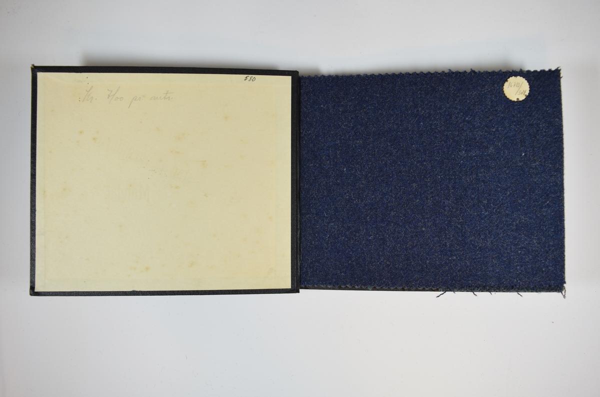 Prøvebok med 4 stoffprøver. Middels tykke stoff med diskret fiskebensmønster. Stoffene ligger brettet dobbelt i boken slik at vranga dekkes. Stoffene er merket med en rund papirlapp, festet til stoffet med metallstifter, hvor nummer er påført for hånd. Innskriften på den første stofflappen indikerer at alle stoffene har kvaliteten 167B.   Stoff nr.: 167B/304, 167B/305, 167B/306, 167B/307.