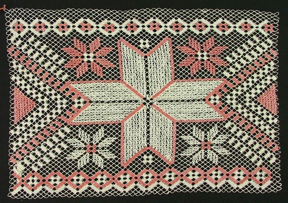 Tidigare katalogisering enl uppgift av Elisabeth Thorman:  Löpare 33 x 27 Nät av halvblekt, broderi av rött och vitt lingarn, trädning och korssöm. Stor mittt stjärna  Fotograferad på Nordiska museet 1957-1958