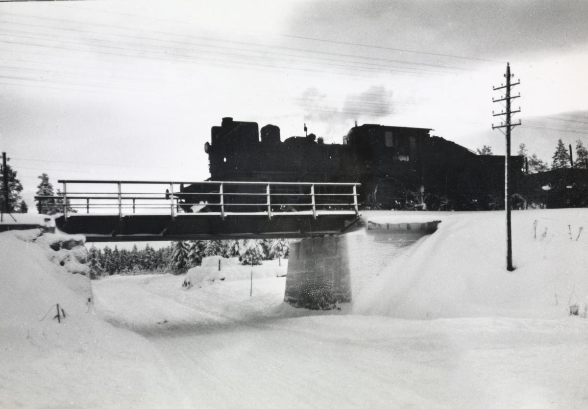 Damplokomotiv type 27a 234 med godstog på Solørbanen.