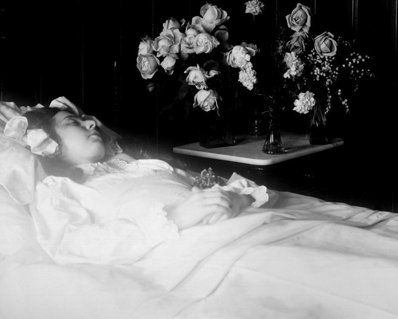 Pike stelt til begravelse, 1911. Post mortem-fotografier viser hvordan døde er pyntet med blomster og andre symboler knyttet til døden. (Foto/Photo)