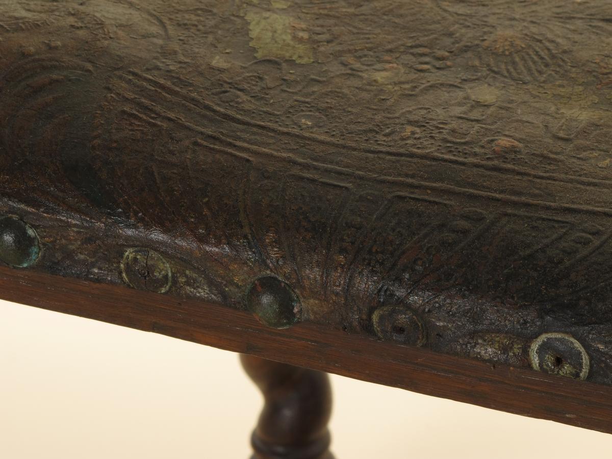 Stol, eik, renessanse, ca. 1620, Holland? Vanlig renessansetype med høyt sete, horisontal lav rygg. Forben og bakstaver snoet, bindeledd x-formet, snoet  og dreiet. Stoppet sete og ryggbrett, trukket med polykromt gyldenlær, régence, stiftet med meget store stifter av patinert kobber - sanns. 1900-talls. Gyllenlær  også i ryggbrettets bakside. Muligens norsk proveniens, men sanns.  Tilstand juni 1960: Gyldenlæret vannskadet, stivt, avfarvet, skittent. Stiftene irret og rustne, enkelte falt av. Stolen forøvrig i forholdsvis god stand skjønt noe angrepet av mark i leddene.
