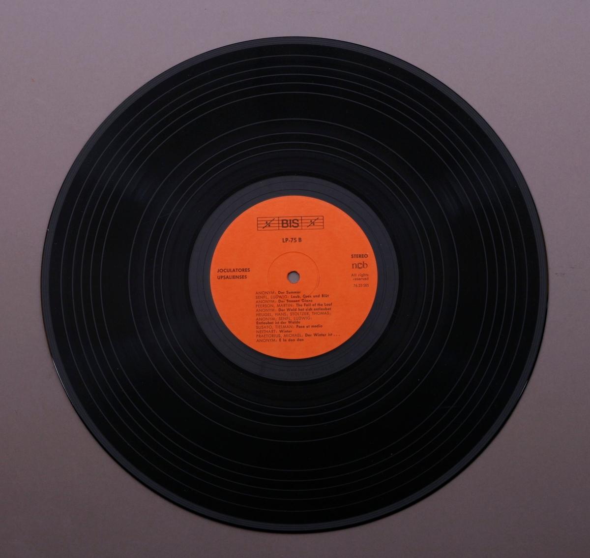 Grammofonplate i svart vinyl og dobbelt plateomslag i papp. I omslaget er det festet et hefte med informasjon. Plata ligger i en papirlomme.