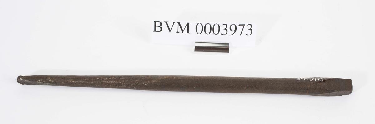 """NTM: """"Disse gamle jernbor er smidd ved Sølvverket og var alminnelig brukt på slutten av det 19de århundre."""" Jf. BVM 109 og 3974-3976."""