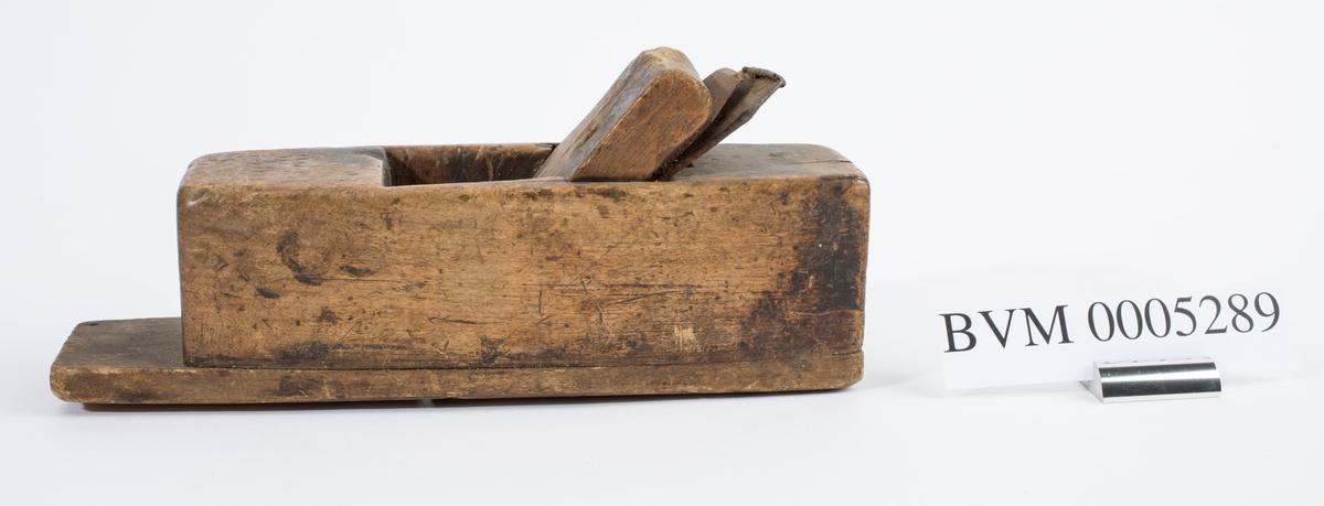 Høvel i tre med dobbelt jern, uten horn/håndtak.
