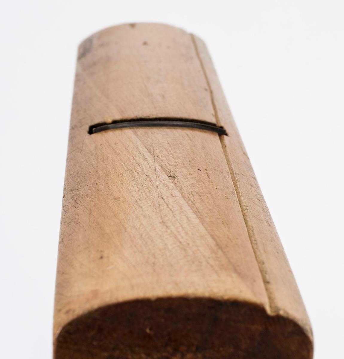 """Høvel i tre med horn/håndtak, kile og høveljern. Jernet er av merket """"WILLIAM ASH & CO, WARRANTED CAST STEEL"""". På høyre langside er det to ganger brent inn SV."""