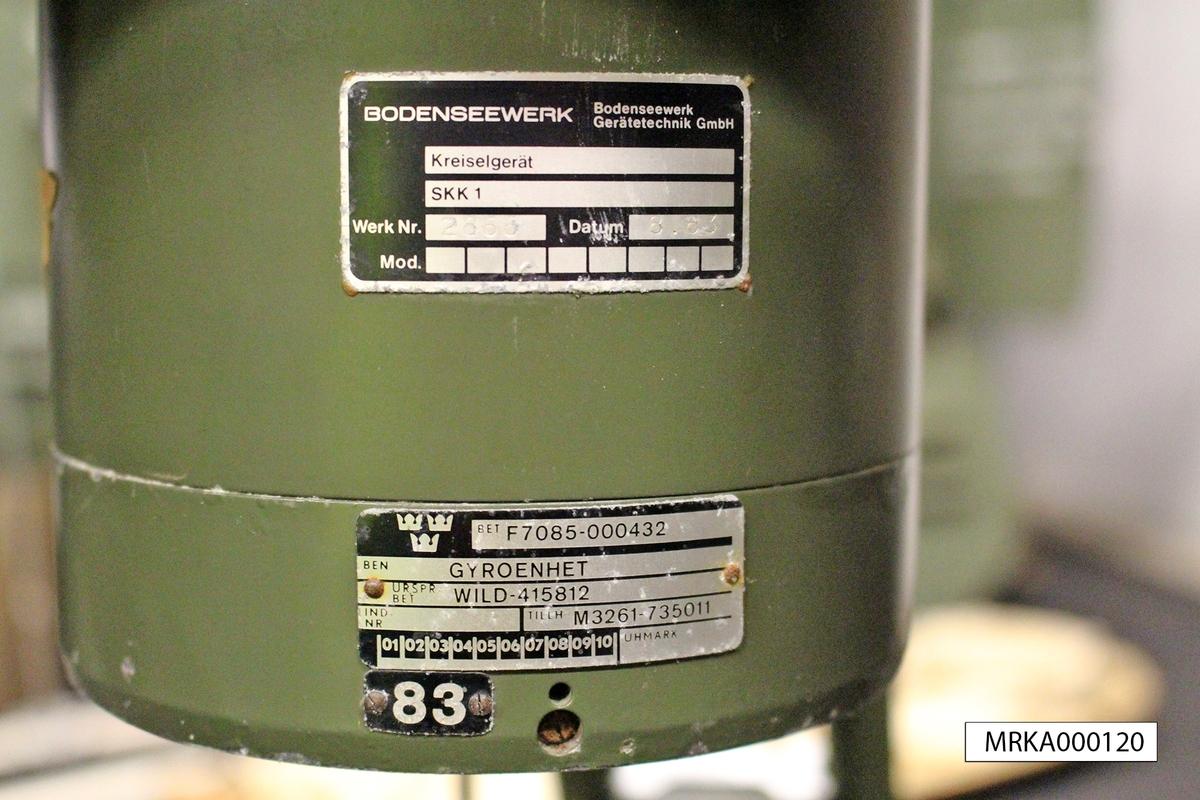 Ursprungsbenämning: WILD-415811 individnr: 2676  Data: Kikare:   Förstoring: 8 gånger      Synfält: 105 streck  Mätning:  Förorientering: ± 50 streck. Starttid: ca 30 sek   Mättid: ca 90 sek Bäringsskala:  0 – 6300 streck Gyromotor: Driftspänning: 3 x 85 V, 200 Hz från omformare i tp-lådan Arbetsvarvtal: 12 000 varv/min     Effektbehov: Uppvarvning: 70 W.  Justering: 46 W.  Mätning: 31 W