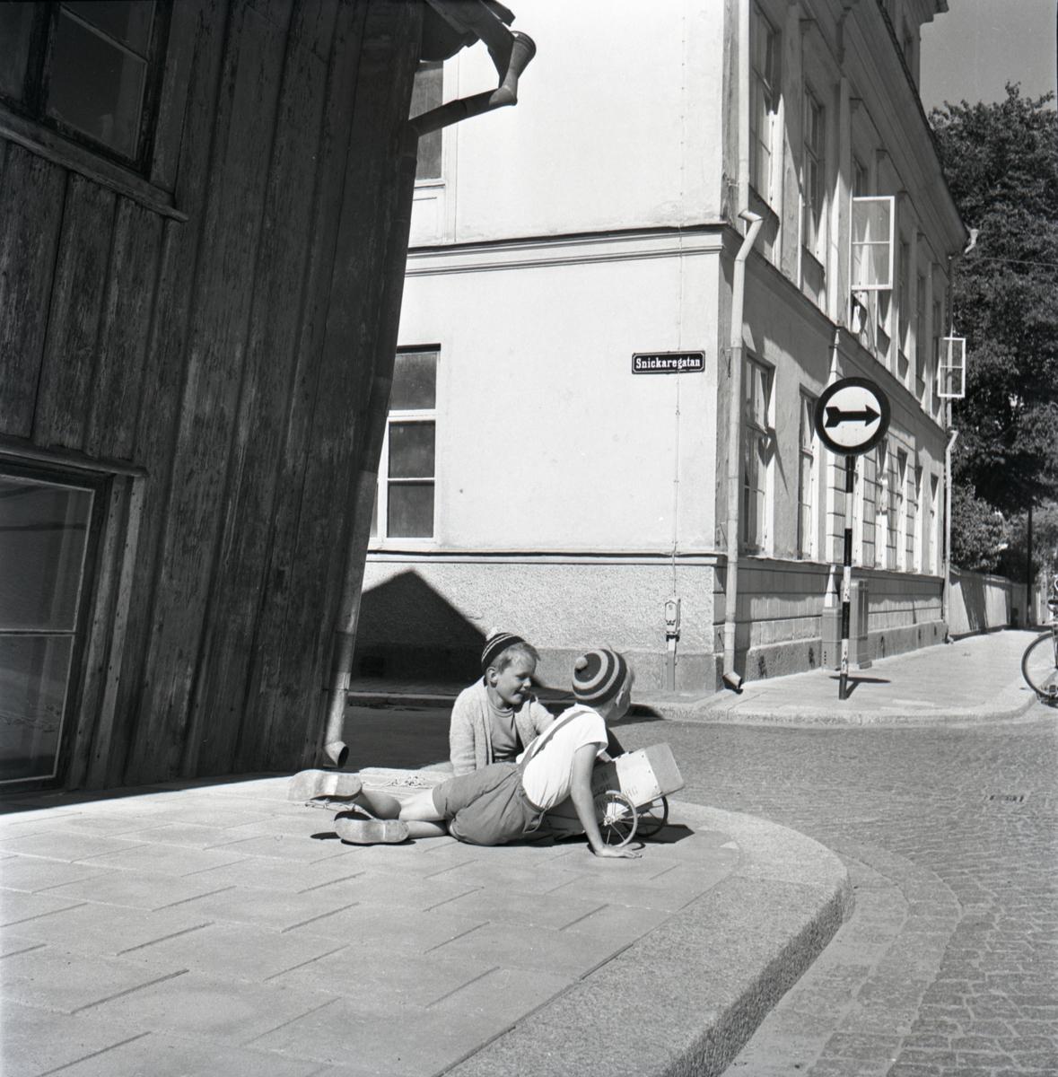 Barn leker på trottoaren vid korsningen Nygatan/Snickaregatan.