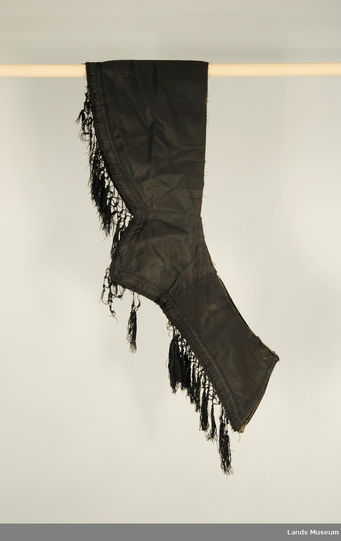 Kabtet med ripsbånd og knyttede silkefrynser nederst.