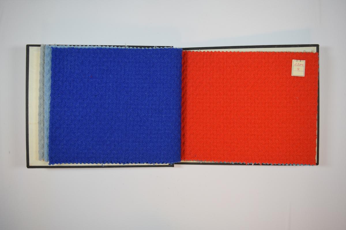 Rektangulær prøvebok med seks stoffprøver og harde permer. Permene er laget av hard kartong og er trukket med sort tynn tekstil. Boken inneholder middels tykke ensfargede stoff med prikkemønster i veven. Stoffene har en liten grad av relieff på forsiden og fremstår bølgete, mens baksiden er tilnærmet plan. Toskaftbinding, dobbel vev? Fargene varierer mellom stoffene, men vevmønsteret er det samme. Stoffene ligger brettet dobbelt i boken slik at vranga dekkes. Stoffene er merket med en firkantet papirlapp, festet til stoffet med metallstifter, hvor nummer er påført for hånd.   Stoff nr.: 2200/6, 2200/7, 2200/8, 2200/9, 2200/10, 2200/11.