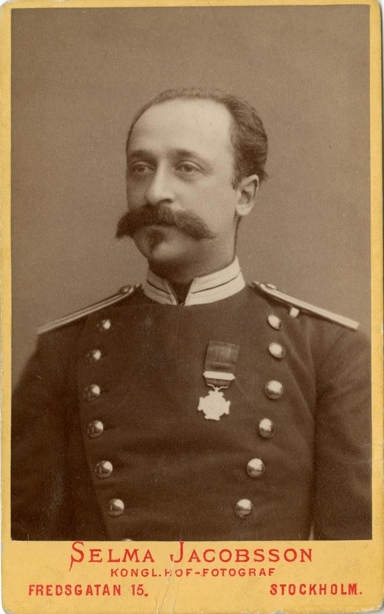 """Porträtt av Ivar Valentin. Valentin var i krigstjänst i nederländska ostindien, acheprovinsen, mellan åren 1877-1880. Medaljen är """"Ereteken voor Belangrijke Krijgsbedrijven""""."""