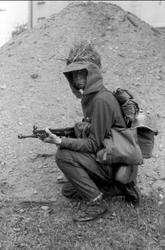 Fältutrustad jägarsoldat, uniform m/59 och AK 4.