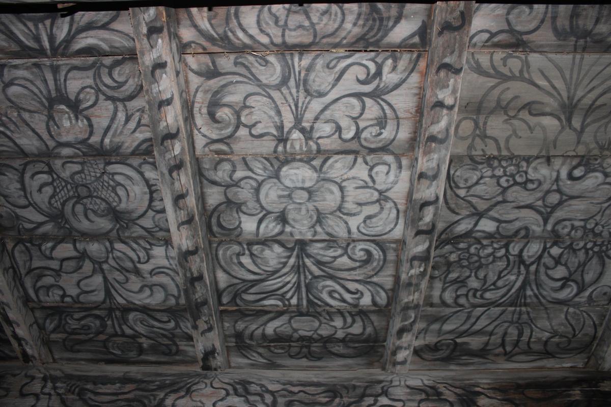Byggnaden vilar på en syllmur av huggen sten, delvis stora stenblock. Huset är uppfört i liggtimmer, med grova stockar samt utknutar i hörnen och släta knutar på mitten. Taket har en mittås samt två sidoåsar, alla i kraftiga dimensioner. Takbeklädnad av torv på näver. (se länkad fil Omläggning av torvtak på Spikgården 2008) Vindskivor av trä, likaså mullbräda. Skorsten i putsad tegel, med huv av plåt. Skärmtak, faltak, på konsoller. Plankdörrar med utanpåliggande naror. Låsslå med hänglås. Löst liggande trapp med ett steg. Svagt profilerade fönsterfoder. Fasta bågar med sex resp nio rutor per båge på den västra fasaden, entréfasaden. Norr och södergavlarna har fönster med femton resp tjugo rutor per båge och näbbgångjärn. Alla fönstren har blyinfattade rutor. Droppnäsa i trä ovanför fönsterfoden på gavlarna. Spismuren är synlig i östra fasaden. Byggnaden innehåller två rum, var och en med egen ingång. Rummen är förbundna med varandra genom en dörr. Vardagsstugan har en murad, öppen härd. Innertaken, tredingstaken, är i det norra rummet bemålade och daterade 1674. På norra gavelns vägg syns ett inramat citat ur psaltarens 103:e psalm (bild 20). Här finns också en målning föreställande Bröllopet i Kana (bild 19). Vid ingångens västra vägg står en väktare i 1600-talsdräkt. (bild 16) I taket i samma vädersträck syns ett kristusmonogram IHS och ägarnas monogram OLS & APD samt årtalet Anno 1674 målat. (bild 17) Det södra rummet saknar målningar. Feststugans gavelfönster har en inskuren femuddig stjärna i träet som ett skyddstecken. I den nuvarande sydvästra utknuten finns två stenar nedlagda i uthuggna fördjupningar, också de till skydd för hus och boende.