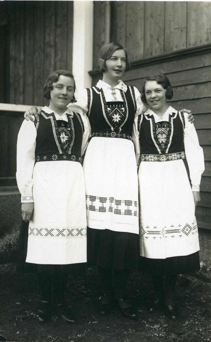 Tre jenter i Hardangerbunad.