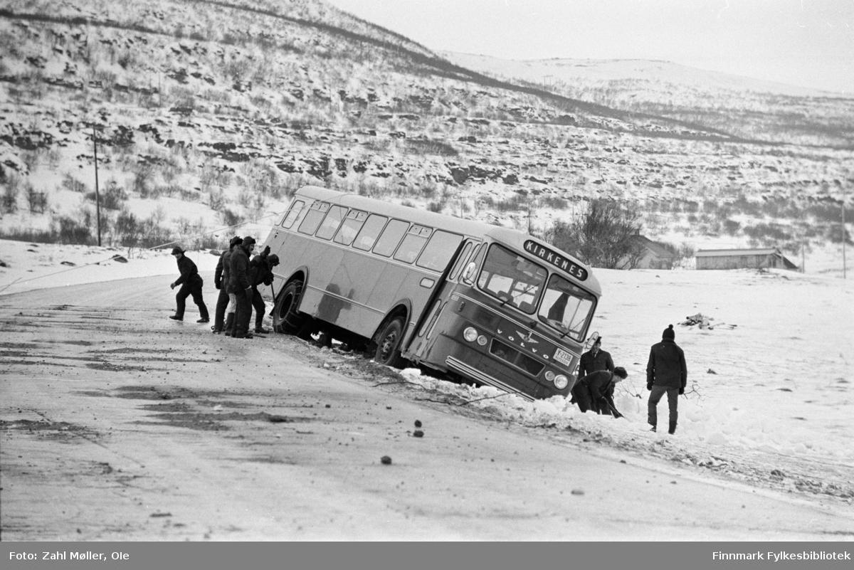 """Busshavari mellom Vadsø og Kirkenes, muligens i Nord-Varanger. Bildet er tatt  ca. 15.2.1967. Buss med registreringsnummer Y-2138 var en Volvo B715, 1966-modell, 44 seter, med karosseri fra Larvik Karosserifabrikk. Fabrikkens logo (vingehjul) ses midt i fronter, over """"Volvo"""". Bussen tilhørte busselskapet Polarbil, Vadsø, som hadde rutetrafikken i Øst-Finnmark fra 1920 til selskapet ble overtatt av Finnmark Fylkesrederi og Ruteselskap (FFR) 1. januar 1976."""