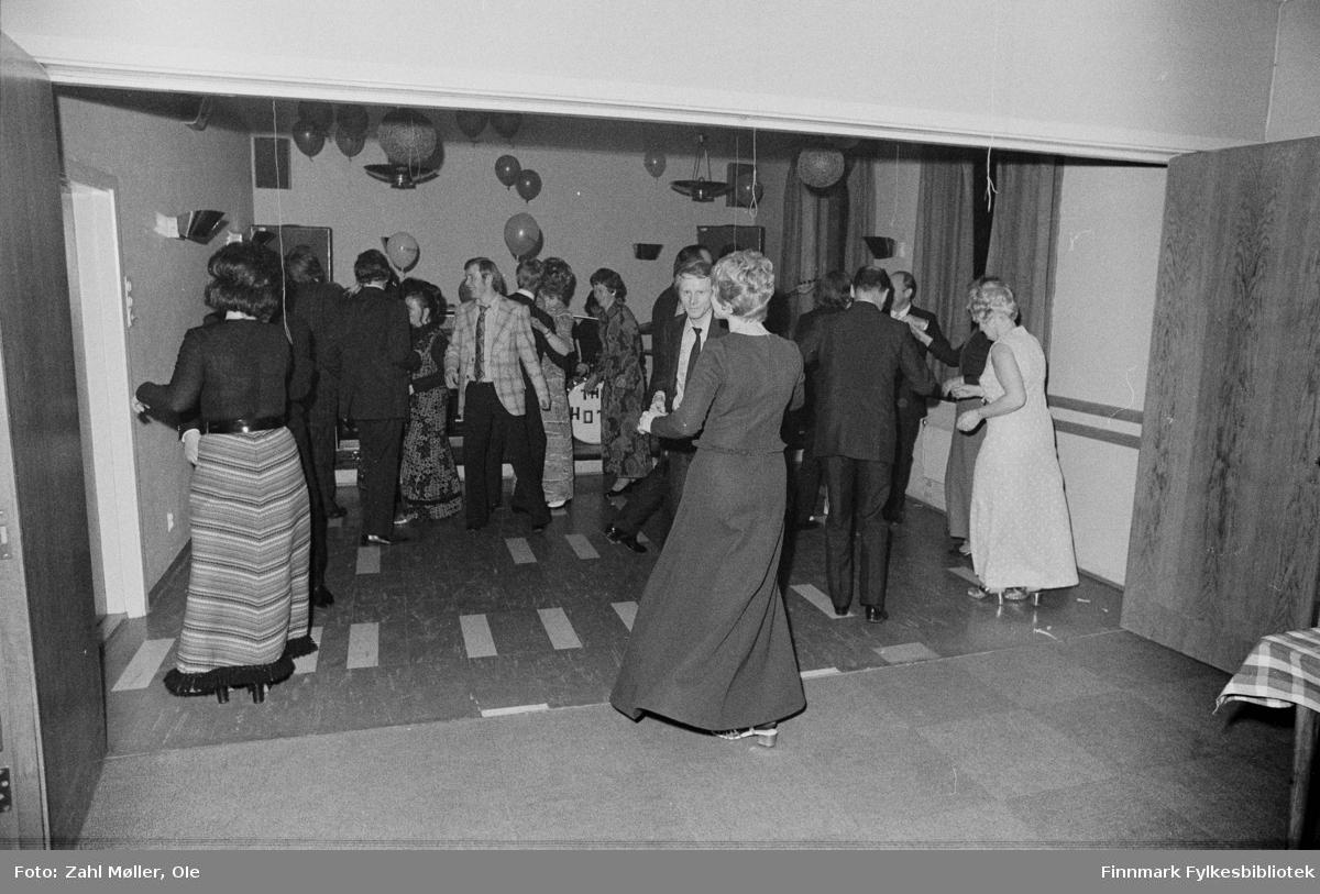 Vadsø, November 1970. Bankfesten. Dans.