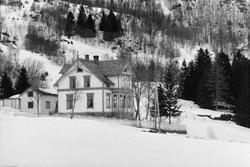 Sveitserhus i vinterlandskap.