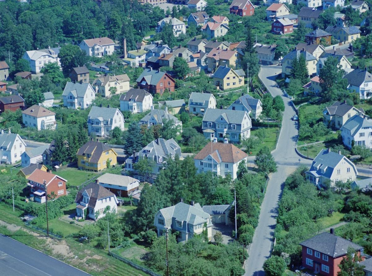 Flyfoto, Lillehammer med et lite hjørne av Sportsplassen neders. Sentralt i bildet Carl Lumholtz gate som krysser Kirkegata og går opp til Storgata. Ovenfor Sportsplassen ligger Kirkegata 16A (rødt hus), Carl Lumholtz gata 4 og Carl Lumholtz gata 2. I kirkegata, på hver side av Carl Lumholtz gate er Kirkegata 12 til venstre og Kirkegata 10 til høyre.