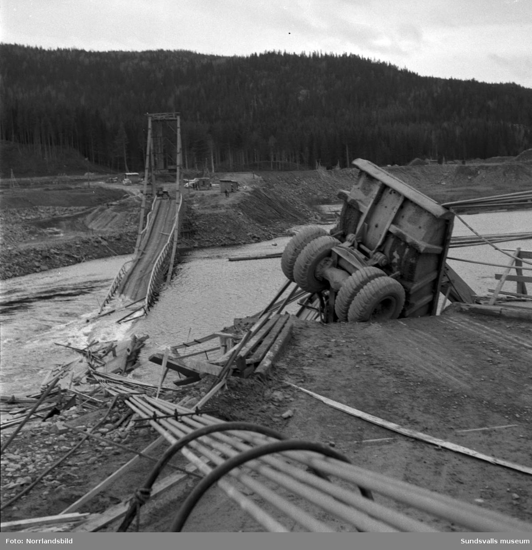 Hängbron över Indalsälven i Järkvissle, som byggts i samband med kraftverksbygget, blev påkörd av en truck och rasade ner i älven hösten 1958. Trucken blev hängande över kanten på den norra sidan men lyckligtvis skadades ingen allvarligt vid raset. Kraftverksbygget var nästan klart och bron skulle enligt planerna rivas några veckor senare.