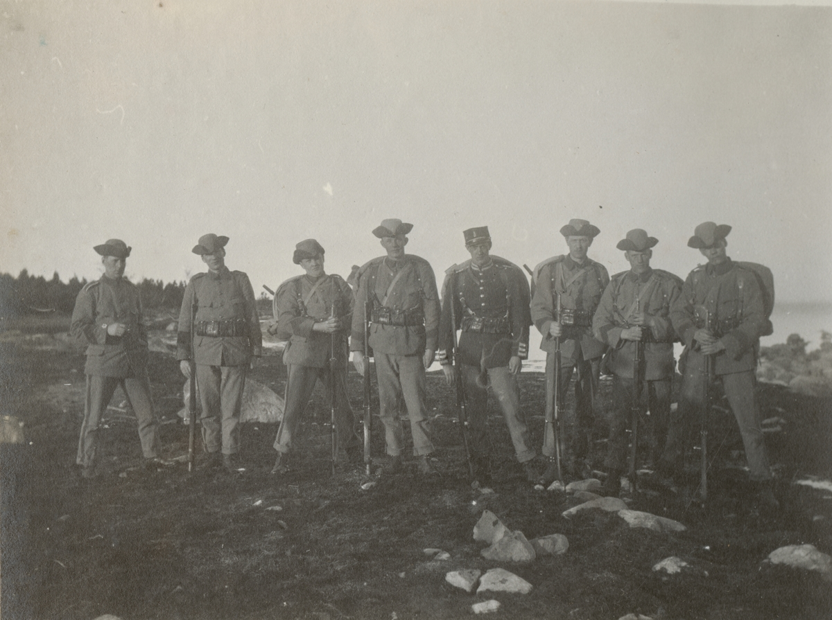 Gruppfoto av soldater från Göta livgarde I 2 på stranden.