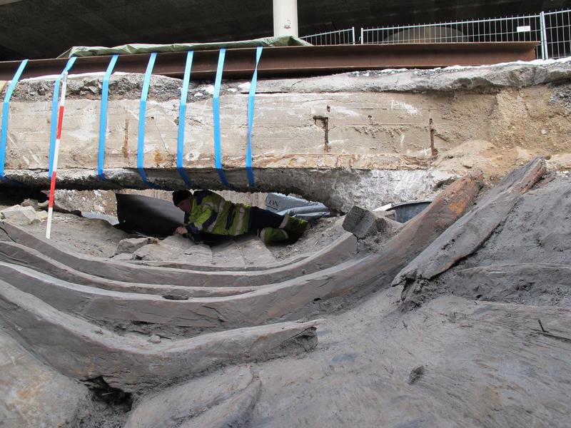 Utgravning av Vaterland 1 i Oslo sentrum, Arkeolog utforsker båtvrak under bru. Det gjelder å være tilpasningsdyktig når vrakene ikke ligger lett tilgjengelig.