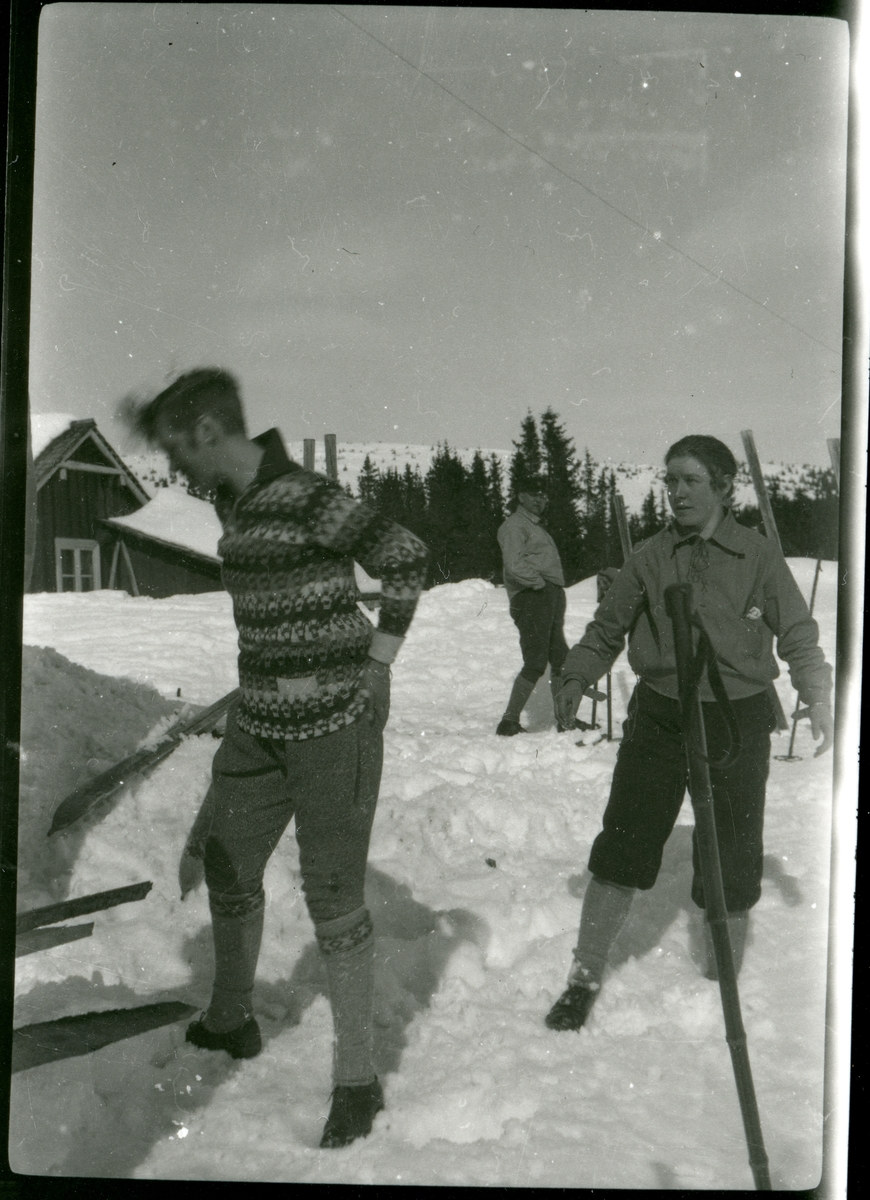 Ungdommer frå Vestre Bagn på skitur på Hellebekken.