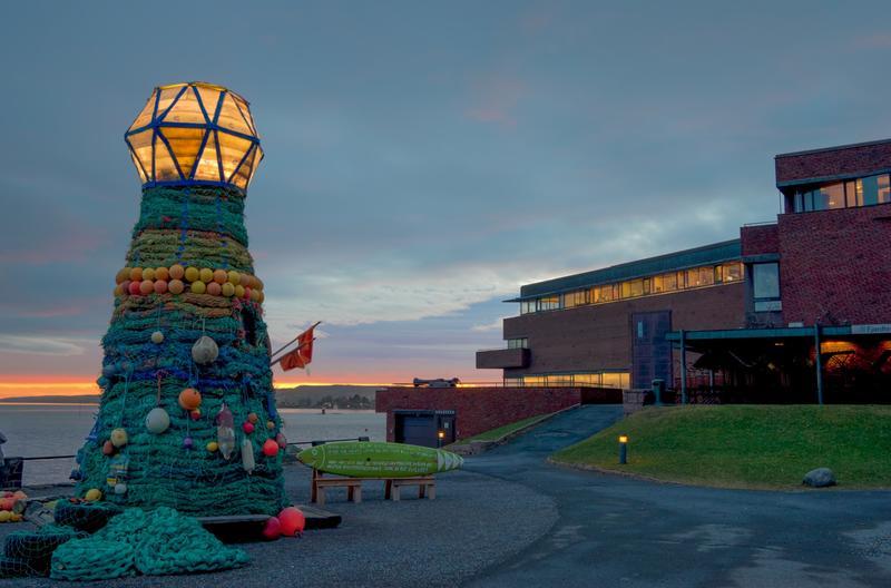 Fyrtårnet ved Norsk Maritimt Museum, laget av søppel fra havet. I bakgrunnen museumsbygningen.