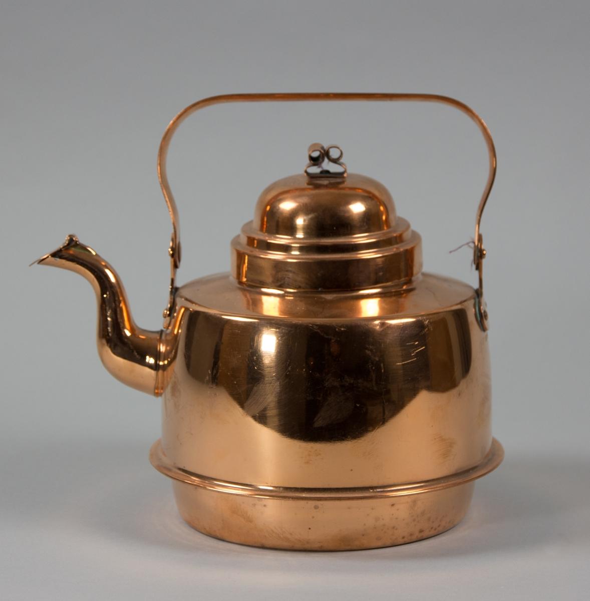 Kaffepanna driven av koppar med förtent insida. Svängd pip med fällbart lock. Fällbart bygelhandtag. I nederkant en fals för användning på järnspis med ringar.