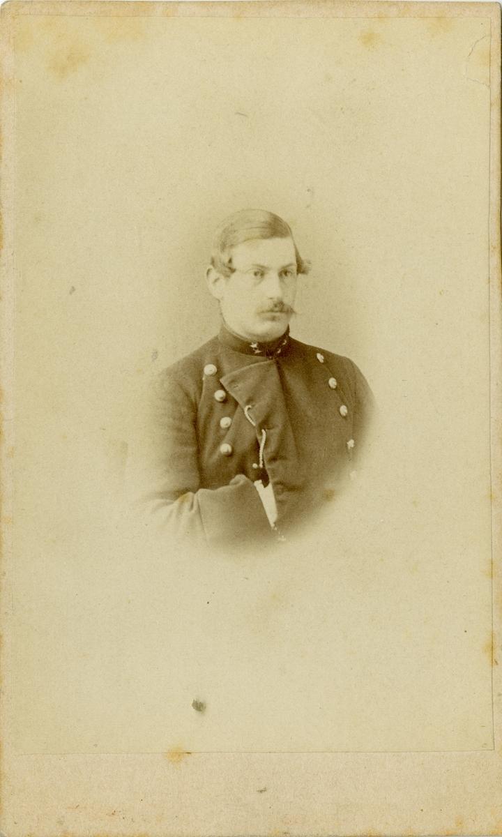 Porträtt av Gustaf Hugo Fröding, löjtnant vid Göta artilleriregemente A 2. Se även bild AMA.0007270.