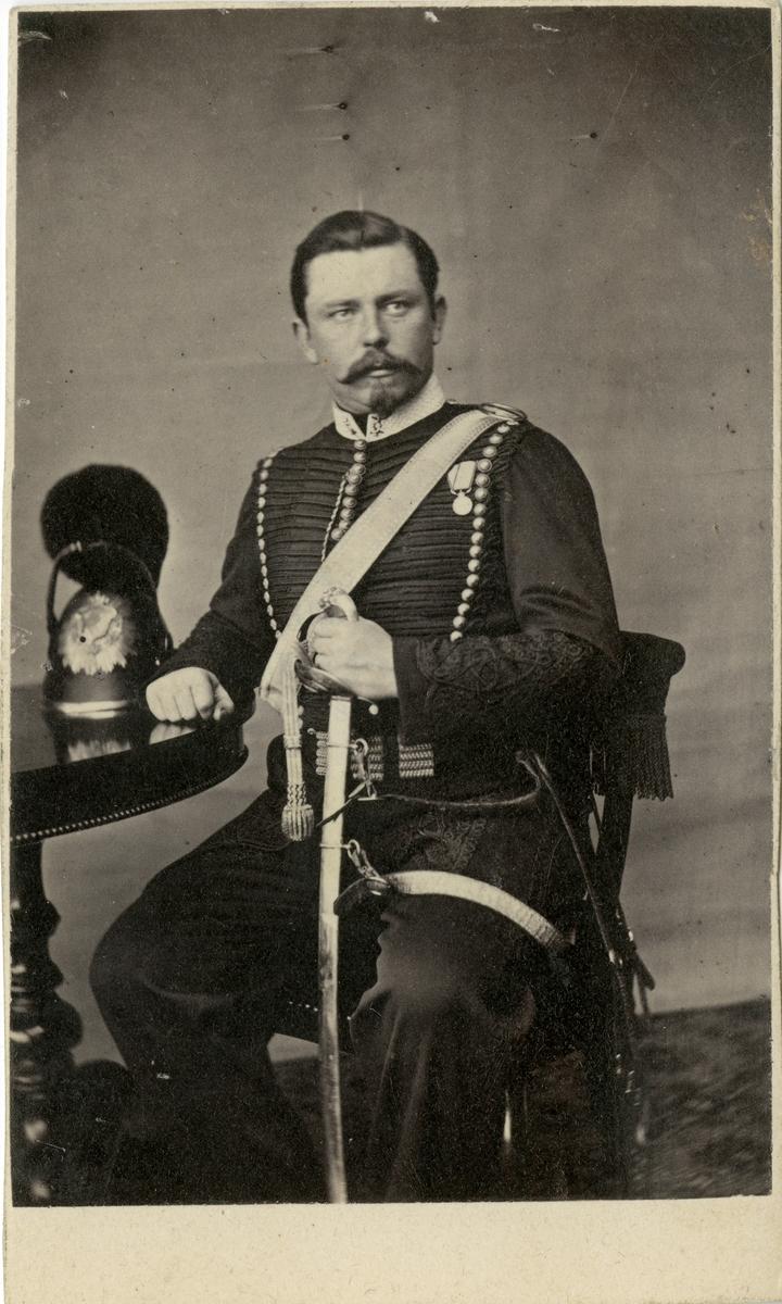 Porträtt av okänd löjtnant vid artilleriregemente.