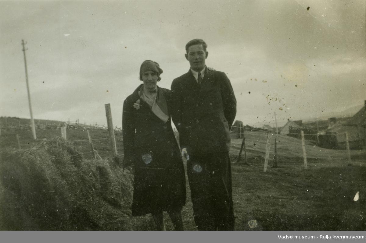 Søskenparet Edith Berg og Helge Kristoffersen oppstilt foran hesje. På Hellestvedt i Ekkerøy.