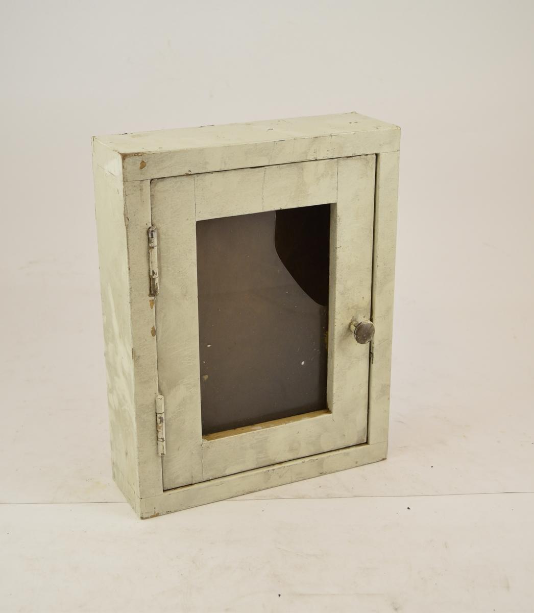 Nøkkelskap, type beredskapsskap. Har vært benyttet på stasjon eller verksted. Ukjent brukssted. Glasset i døren er delvis knust.
