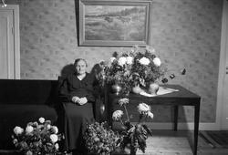 """""""Fru Pettersson 60 år"""" i hemmet i Storvreta, Uppland 1938"""