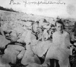 """Paa Jomfuland."" Fra et fotoalbum tilhørende Ellinor William"