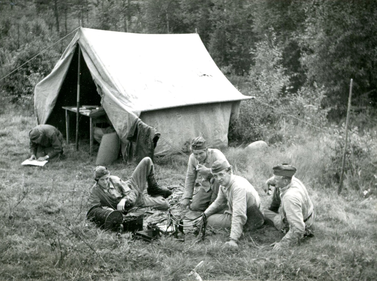 Fälttjänstgöring (rast framför tält). Villingsberg, Närke.