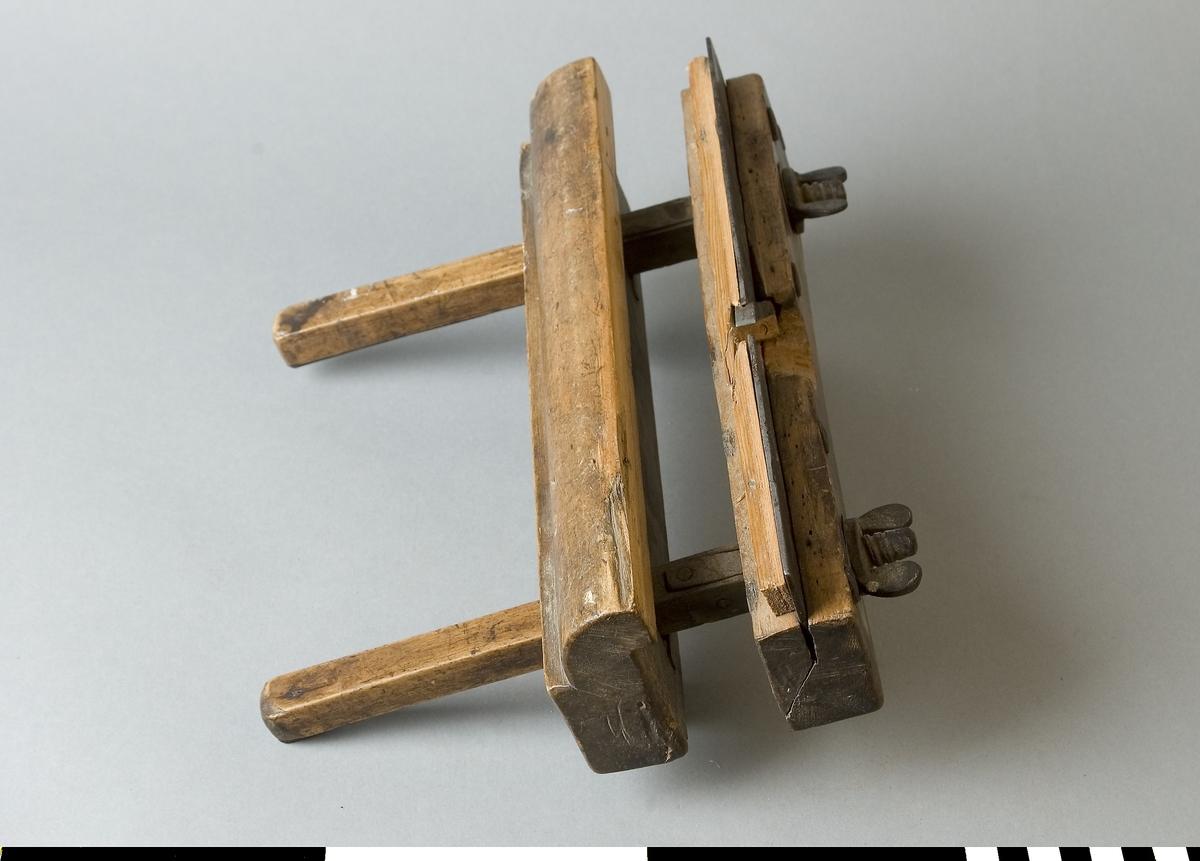 Nothyvel av trä. Stock och anslag av bok. Hyveljärn och sula av stål. Beslag och ställskruvar av stål. Djupanslag av björk monterad för ändring av djup. Nothyveln ställbar för bredd. Används för tillverkning av notar. Notar är spår. Nött. Små träflisor borta i stocken.  Funktion: Hyvling av smala spår för hopsättning av delar