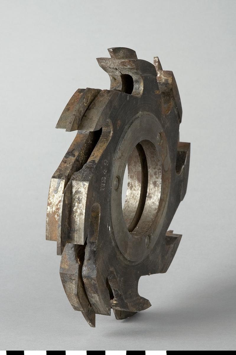Frässtål till slitsmaskin. Instansat: No 49 En lapp av plåt är fäst med ståltråd i frässtålet. Text: Hus...  Bj. ö...  diametersymbol.... St....  Litt...., AB Fosforos, Huddinge. Tel. växel 08/572770 och handskrivet 4.  Funktion: Maskinverktyg, formning av trä