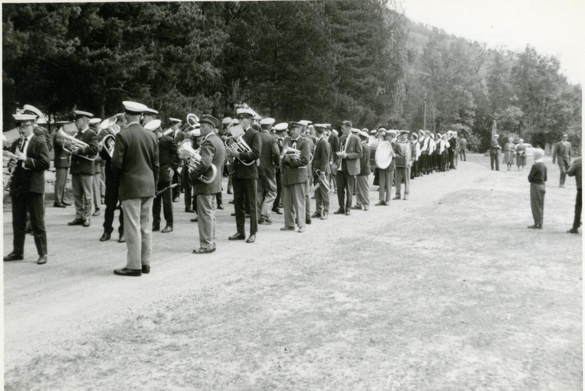 Musikkorps deltar på eit sangerstemne ca 1960.