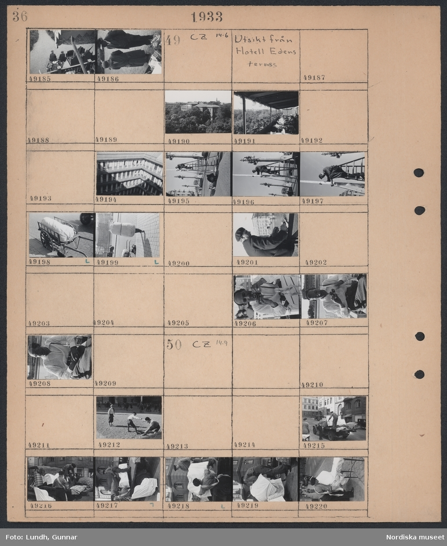 Motiv: Auktion i Djursholm; Auktionspublik och saker till fösäljning på en auktion.  Motiv: Utsikt från Hotell Edens terrass; Vy över skog och bebyggelse, vy över restaurang, detalj av byggnad, en man står på en stege och hålle en stolpe, en säck ligger på en handkärra, porträtt av en man med kamera.  Motiv: (ingen anteckning) ; Barn leker på en skolgård, två män lastar möbler på ett lastbilsflak.