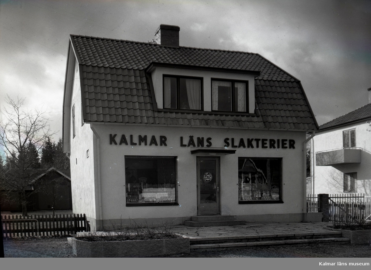 Exteriör av livsmedelsbutik i Vissefjärda med produkter från Länsslakteriet i Kalmar. Huset finns kvar och inrymmer nu Bizzibee quilt & symaskiner.  Sven Nilssons far, slaktare Ejnar Nilsson byggde huset.