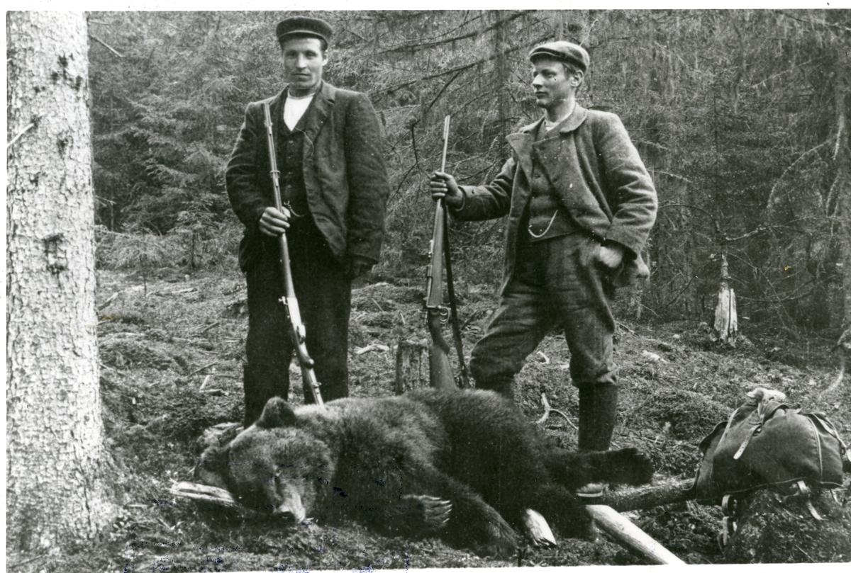 Rasmus R. Piltingrud saman med Syver Storbråten. Bjørnefall i 1903.