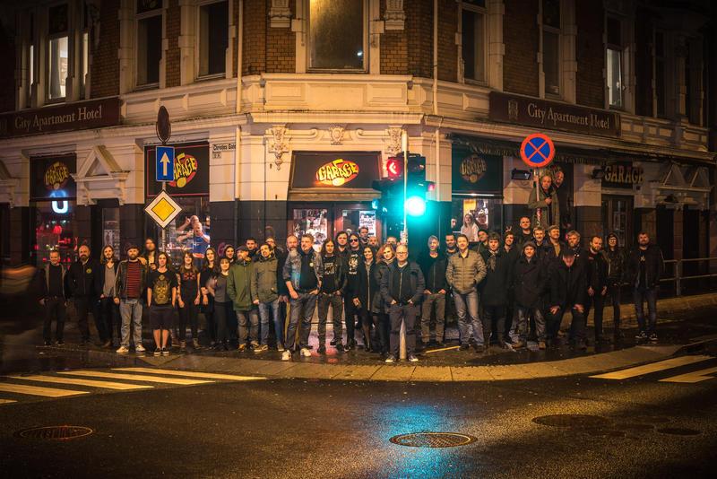 Dette fotografiet vises på innsiden av coveret til dobbel LP'en Christiesgate 14, som ble utgitt til inntekt for Garage på Apollon Records (2017). Mange av bidragsyterne møtte opp da dette fotografiet ble tatt  på gata utenfor Garage i februar 2017. Foto: Max Igland.