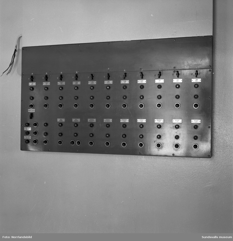 En kraftig bensingasexplosion inträffade i slutet av mars 1957 i bergrumsanläggningen vid Vindskärsvarv. Första bilden visar kontoret som totalförstördes. Föreståndare Paul Boström som befann sig i byggnaden lyckades rädda sig ut genom fönstret. Räddningsmanskapets jobb var riskfyllt och man befarade länge att en ännu större katastrof skulle kunna inträffa på grund av läckande bensin och bensingaser.