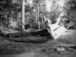 Gösta Spång i hängmatta. Skuru 3 augusti 1924 kl 15:00.