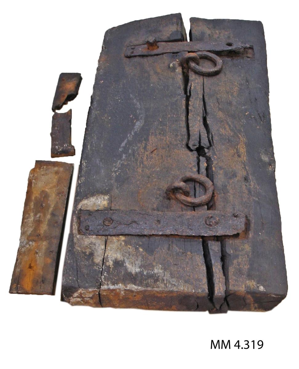 Kanonlucka (styckeport). Från vraket efter 54-kanonskeppet Nya Riga, byggt i Karlskrona år 1708. Luckan upptagen från vraket omkring år 1920. Luckans ena långsida avfasad inåt, på innersidan är den klädd med bräder, på vilken ritsar efter uppmärkning av spikhålen är synliga. Där finns också en styck större ringbult, från början har det funnits 4 stycken sådana. På yttersidan finns 2 stycken förstärkningar av järn samt 2 stycken mindre ringbultar. Luckan är sannolikt en av de aktra, den övre. De två i akterstäven befintliga portarna täcktes som regel med två luckor, en övre och en undre.