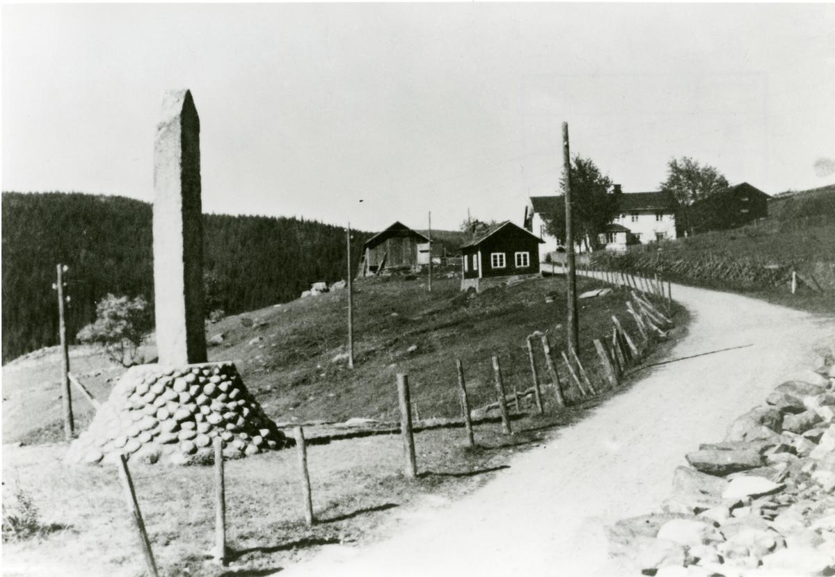 Søre Bøen, Reinli, Sør-Aurdal. Bautasteinen ved Reinli stavkyrkje, til venstre på bildet.