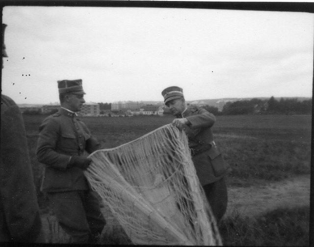 Kulballong m/1930, nätet inspekteras.