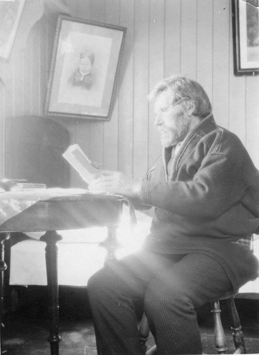 1900-låhkoe doekoe tjïelke sjïdti saemieh tjoerin jïjtsh histovrijem våålese tjaeledh. Lohkehtæjja Henrik Kvandahl, Narvik-dajveste, Samenes historie tjeeli, jaepiej 1925–47. Daesnie barkosne Rørosesne.   /  Utover 1900-tallet ble det tydelig at samefolket måtte få skrevet sin egen historie. Lærer Henrik Kvandahl, opprinnelig fra Narvik-området, skrev Samenes historie i åra 1925–47. Her under arbeid på Røros.